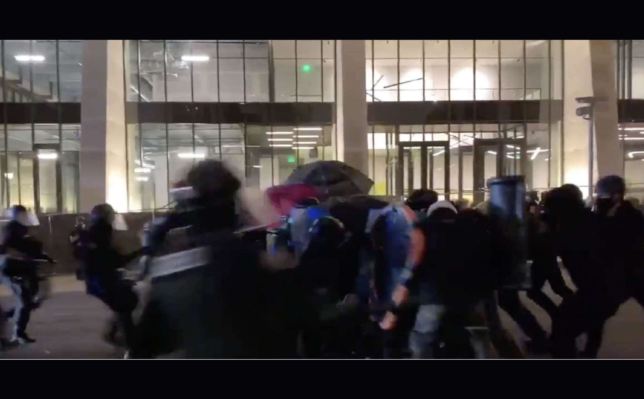 """[VIDEO] Portland Police Bum-Rush an """"Antifa Line"""" of Rioters """"Brave Heart"""" Style by Running at Them Full-Speed"""